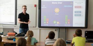 učiteľ vyučuje v škole