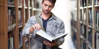 študent v knižnici